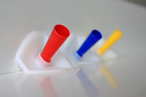 Die Verfugungshilfe gibt es in den Größen 10mm (rot), 8mm (blau) und 6 mm (gelb)