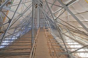 Genietetes Stahlsprengwerk über der daran drucksteif abgehängten Gewölbedecke