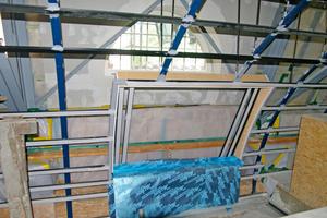 Links: Rahmen als Wechsel in der Metallunterkonstruktion