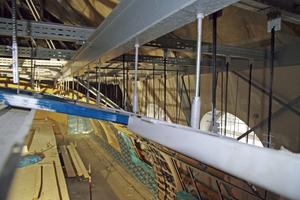 Rechts: Anschluss der drucksteifen Abhängung über Weitspannträger an die genietete Dachkonstruktion