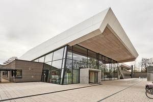 Weit auskragende Dachflächen und der zweigeschossige, transparent gestaltete Eingangsbereich <br />prägen das Freizeitbad Stegermatt