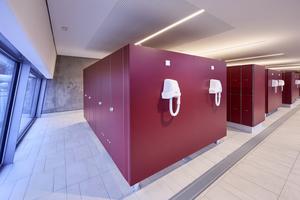 """Stabilität, Wasserfestigkeit und eine schlichte Formensprache gewährleistet in den Umkleiden für den Schulbetrieb und den WC-Anlagen das System """"EF-3 Jump"""" von Schäfer"""