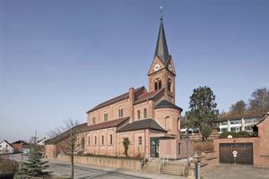 1972 erhielt die neoromanische Kirche St. Michael in Waldaschaff bei Aschaffenburg einen Anbau, der direkt an das Kirchenschiff anschließt