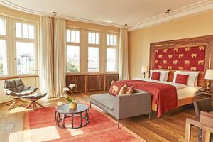 Im Hotel Orania.Berlin kamen unterschiedliche Holzarten zum Einsatz. Eine davon ist Santos Palisander, mit der auch die Heizkörper verkleidet wurden