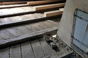 Im Dachgeschoss wurde die bestehende Deckenkonstruktion durch jeweils zwei aufgeschraubte Balken verstärkt