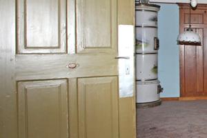 Rechts: Die erhaltene Kassettentür der Gaststube diente als Vorlage für die neuen Zimmertüren