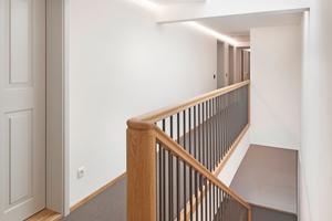 """Blick in einen der Flure mit neu eingebauter Holztreppe<span class=""""bildnachweis"""">Foto: Angela Lamprecht</span>"""