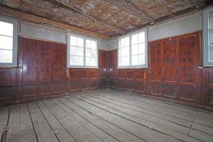 Die Wandverkleidung aus Fichtenholz mit ihrem dunklen, schellackartigen Überzug prägt die frühere Gaststube