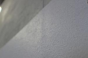 Bei einlagiger Ausführung sind die Putzleisten im trockenen Putz leicht erhaben; selbst bei zweilagiger Ausführung (weiße Fläche) zeichnen sich die Leisten im Streiflicht ab