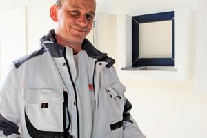 Stefan Petry hat mehrere Hilfsmittel erfunden, die das Herstellen planebener Putzflächen und den Anschluss des Putzes an Fensterbänke schneller, einfacher und sauberer machen