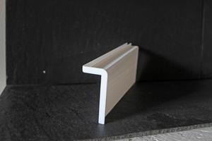 Prototyp eines Fensterbankwinkels aus dem 3D-Drucker. Der lange Schenkel lässt sich leicht für unterschiedliche dicke Fensterbänke kürzen