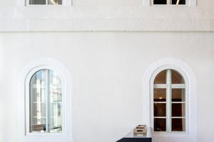 Die Rundbogenfenster der Fassade des alten Gebäudes blieben erhalten und wurden um feststehende T90 Festverglasungen ergänzt, um Brandabschnitte zu schaffen