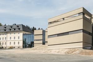 Im Kurhaus in Bad Alexandersbad galt es für die Architekten vom Büro Brückner & Brückner ein denkmalgeschütztes Bestandsgebäude um einen Neubau zu erweitern