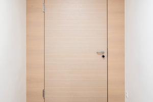 """Nach Möglichkeit wurden im Kurhaus Holztüren verbaut. Die Oberfläche dieser Schörghuber Tür mit Echtholzfurnier stammt aus der Beizmusterkollektion """"Wood & Veneer"""""""