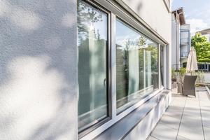 """Der mineralische Scheibenputz """"weber.star 220 AquaBalance"""" in 2 mm Körnung sorgt für eine lebendige Fassadenstruktur"""