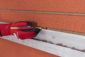 Querfugen mit Sgraffito-Schlingen und Kratzeisen herstellen
