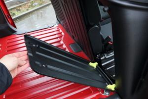 Bei der so genannten Extenso-Kabine lässt sich der äußere Beifahrersitz umklappen und eine Durchlademöglichkeit in der Trennwand öffnen, ...