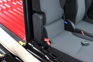 Bei der sogenannten Extenso-Kabine lässt sich der äußere Beifahrersitz umklappen und eine Durchlademöglichkeit in der Trennwand öffnen