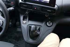 Die Schaltkonsole schränkt die Beinfreiheit des mittleren Beifahrers arg ein und zwingt in eine unbequeme und beengte Sitzhaltung