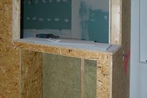 In einem der Gästezimmer wurde ein Aquarium als gestalterisches Element in die Trockenbauwand integriert, die das Bad vom Wohnraum trennt<br />