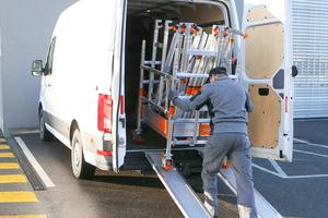 In größeren Fahrzeugen kann die untere Gerüstebene als Transportwagen benutzt werden