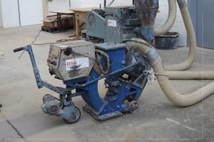 """Schleuderstrahlmaschine, im Hintergrund Absauggerät<irspacing style=""""letter-spacing: -0.001em;"""">Foto: Manfred Schröder</irspacing>"""