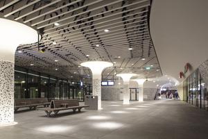 """Stilvoll abgerundete beleuchtete Säulen beleben diese """"Bahnhofsbühne""""<br />Fotos (2): Mecanoo architecten"""