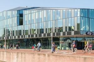 Der nach Plänen des Architekturbüros Mecanoo entstandene Bahnhof in Delft beeindruckt durch seine auffällige Form