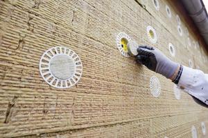 Die versenkte Dübelmontage mit Mineralwoll-Rondellen verhindert Wärmeverlust