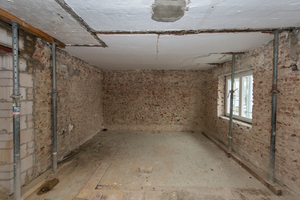 Im Inneren wurden die Häuser komplett entkernt. Die alten Holzbalkendecken sollten erhalten bleiben