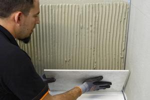 Verlegen der Keramik mit systemgeprüftem Verlegemörtel