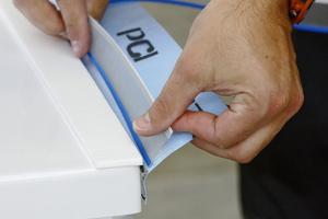 Das Schnittschutzband wird sicher in die Tasche zwischen Wannendichtband und Wanne integriert