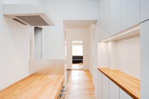 Unmittelbar hinter der Wohnungseingangstür folgt die nur 5,6 m<sup>2</sup> große Flurküche