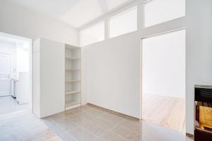 Tageslicht gelangt vom Schlaf- und Arbeitszimmer aus über drei Oberlichter in der Trockenbauwand in das Ess- und Gemeinschaftszimmer