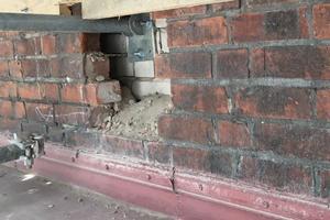 Durch Bindemittelverluste des Mauermörtels befindet sich Sand im Zwischenraum, der bei Bauteilöffnung sturzbachartig herausrieselt