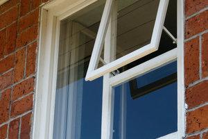 Die Fensterflügel der Kastenfenster auf der Gartenseite waren original erhalten und wurden mit den rekonstruierten Fensterstöcken wieder eingesetzt. In der äußeren Scheibe befindet sich ein Ausstellflügel mit ausgeklügeltem Klappmechanismus<br />Fotos: Thomas Wolf / Wüstenrot Stiftung