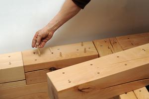 Die Vorbohrungen für Schrauben und Dübel sind in einem Raster angeordnet