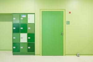 Wand, Tür und Schließfächer folgen einem Farbkonzept – hier im grünen Cluster. Die Schörghuber Feuchtraumtür hält Feuchtigkeit und hoher Benutzerfrequenz stand