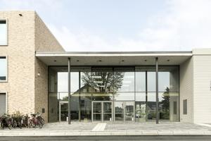 Ziegel, Glas und Beton prägen die neue Gesamtschule Lippstadt nach Plänen des Büros Swiatkowski-Suerkemper Architekten. Diese erhielte hierfür im vergangenen Jahr von der Architektenkammer Nordrhein-Westfalen den Schulbaupreis