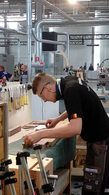 Der Möbelschreiner Johannes Bänsch bei seiner Wettbewerbsaufgabe, dem Bau einer Kommode aus Holz<br />