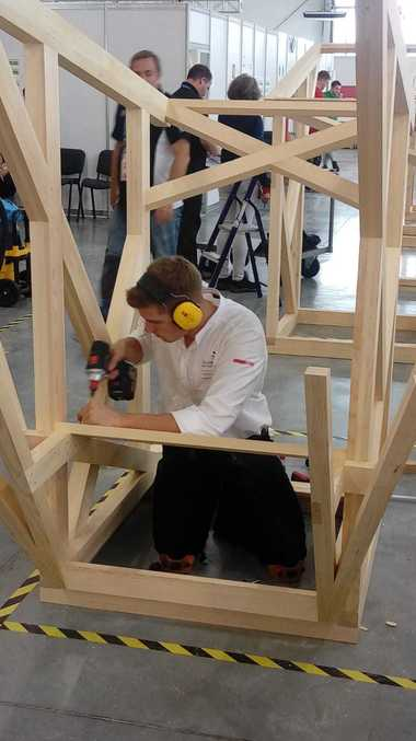 Zimmerer&nbsp;Alexander Bruns bei der Konstruktion seines Holzpavillons<br />