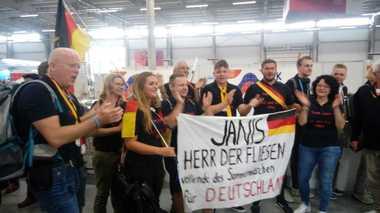 Schlussspurt bei den Fliesenlegern: Der Fanclub aus Deutschland feuert Janis Gentner an<br />