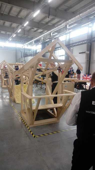 Letzte prüfende Blicke, noch etwas Staub abwischen: Zimmerer Alexander Bruns ist mit seinem Holzpavillon eine halbe Stunde vor Abpfiff fertig<br />