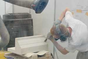 Tag 4: SteinmetzJulian Wally stemmt und meißelt an seinem Werkstück