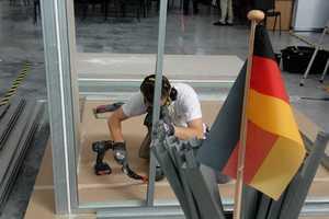 Gipskartonplatten schrauben fürs Vaterland: Stuckateur Tobias Schmider in Aktion. Der Trockenbau am ersten Tag der Wettbewerbe macht 40 bis 50 Prozent des Gesamtergebisses aus. Wenn es da nicht läuft, ist das später kaum noch aufzuholen.<br />