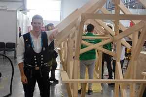 Entspannt nach dem Abpfiff: Zimmerer Alexander Bruns neben seinem fertigen Holzpavillon, den er in vier Wettbewerbstagen gebaut hat<br />