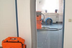 Staubschutztüren inklusive Filter erlauben den Handwerkern sowohl einen Raumabschluss als auch staubfreies Arbeiten<br />