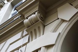 Gurtprofil, Bossensteine, Gesimsekonsole-Schneckenkonsole, Fensterfasche sowie Zierstein
