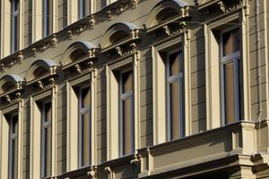 Rekonstruierte Fassade: Zu sehen sind Gurtprofil, Bossenfassade, Gewändeecke, Zierelement, Eingangsportal, Segmentbogen-Giebel, Überdachung, Konsole, Ornamenttafel sowie FensterfaschenFotos: Austrotherm