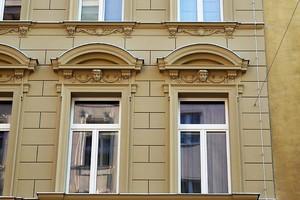 Rekonstruierte Fassade: Zu sehen sind Gurtprofil, Bossenfassade, Gewändeecke, Zierelement, Eingangsportal, Segmentbogen-Giebel, Überdachung, Konsole, Ornamenttafel sowie Fensterfasche